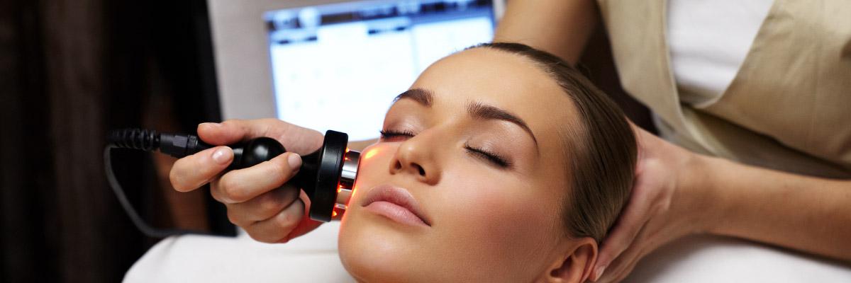 قدرت نفوذ اشعه دستگاههای لیزر موهای زائد بدن سطحی بوده و تنها به فولیکول و ریشه مو نفوذ میکند و آسیبی برای بدن نخواهد داشت-کلینیک زیبایی رویال